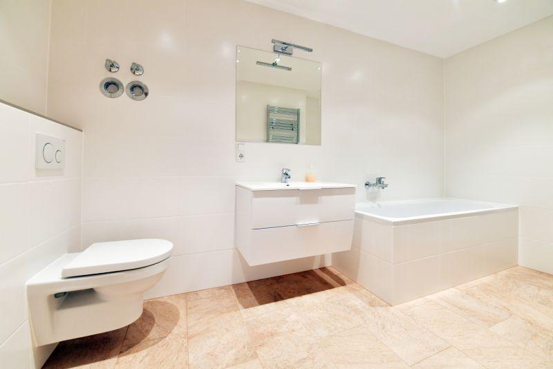 Großes Bad mit Wanne, Dusche, WC und Feinsteinszeug